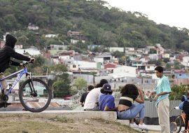 Un grupo de jóvenes en exteriores. Al fondo el cerro La Colina, de Tirrases.